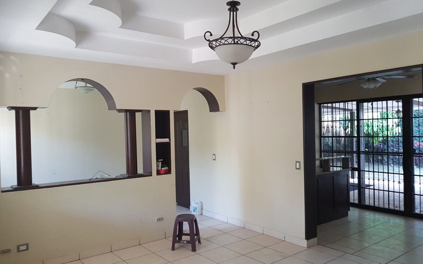 Venta de casa Grande con piscina en Km 15 Ticuantepe Residencial