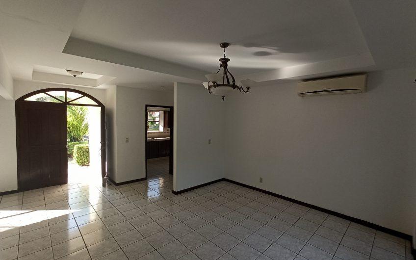 Casa en renta en km 9 carretera Masaya. Condominios