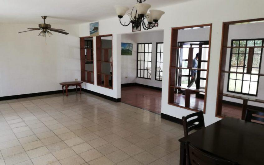 Se vende casa grande de 5 habitaciones en Km 13 carretera Masaya